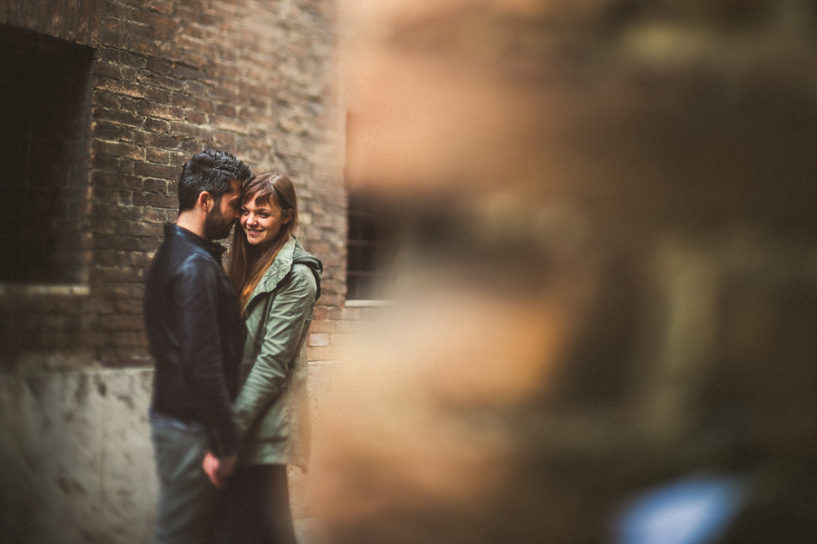 freelensed portrait of couple in siena