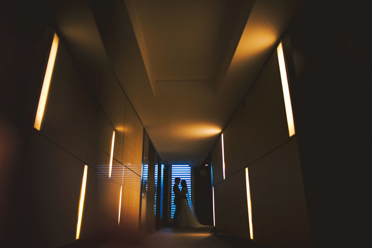 16 dramatic modern hallway bride and groom photo